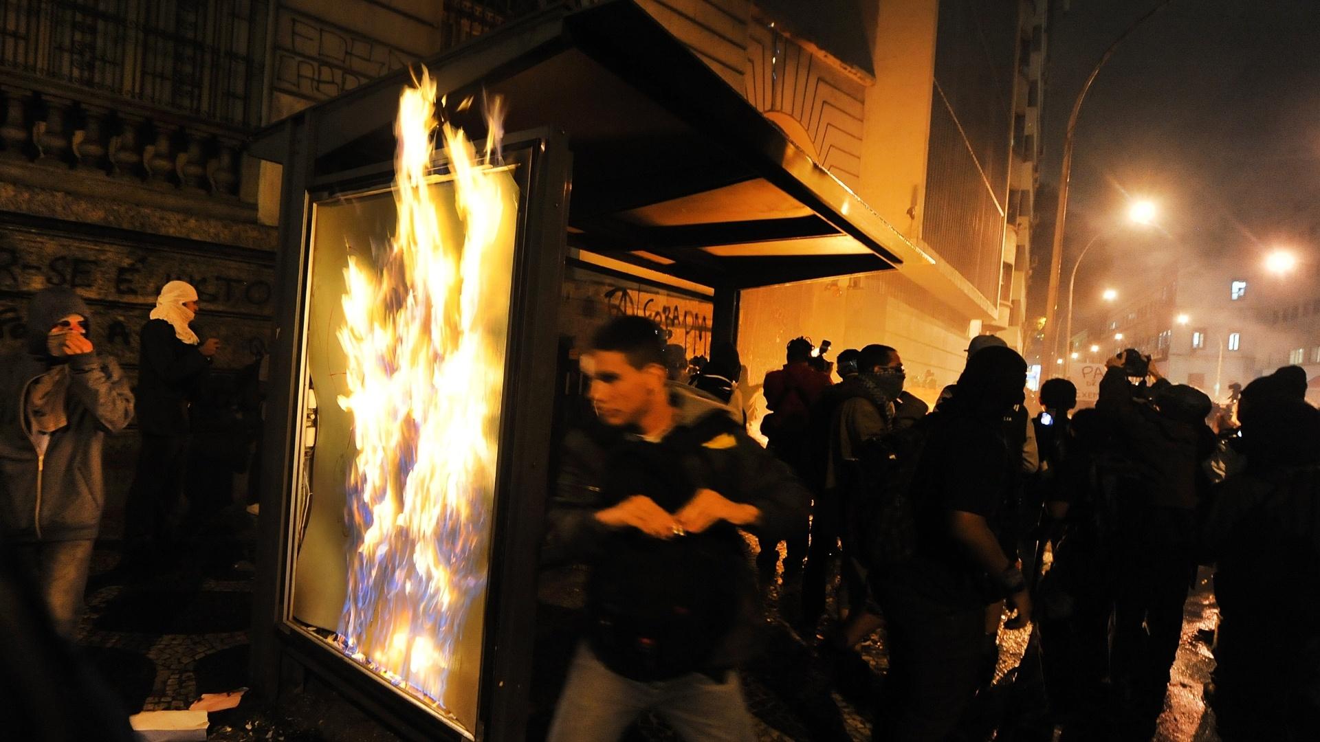 7.out.2013 - Manifestantes incendeiam ponto de ônibus nos arredores da Câmara de Vereadores do Rio de Janeiro, durante protesto de professores na Cinelândia, região central da cidade