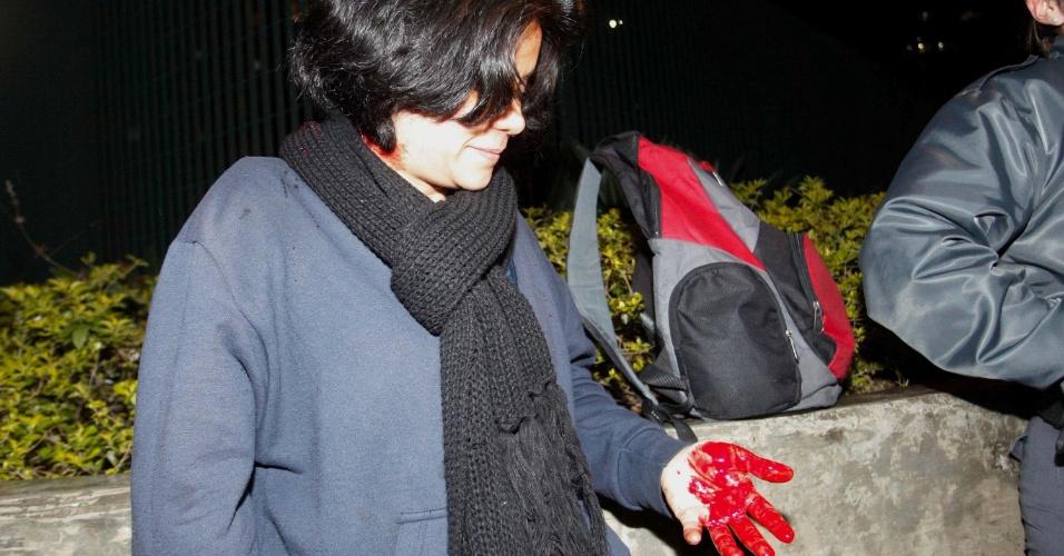 7.out.2013 - Mulher fica ferida durante o confronto entre manifestantes e PMs no centro de São Paulo. Protesto começou por volta das 18h e reivindicava melhorias na educação