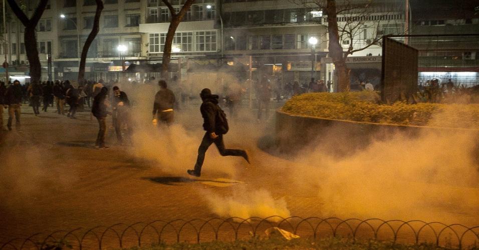 7.out.2013 - Um grupo de Black Blocs jogou bombas contra a Polícia Militar, que revidou, nas proximidades da praça da República, no centro de São Paulo, na noite desta segunda-feira (7).  Manifestantes responderam jogando pedras contra uma barreira de policiais