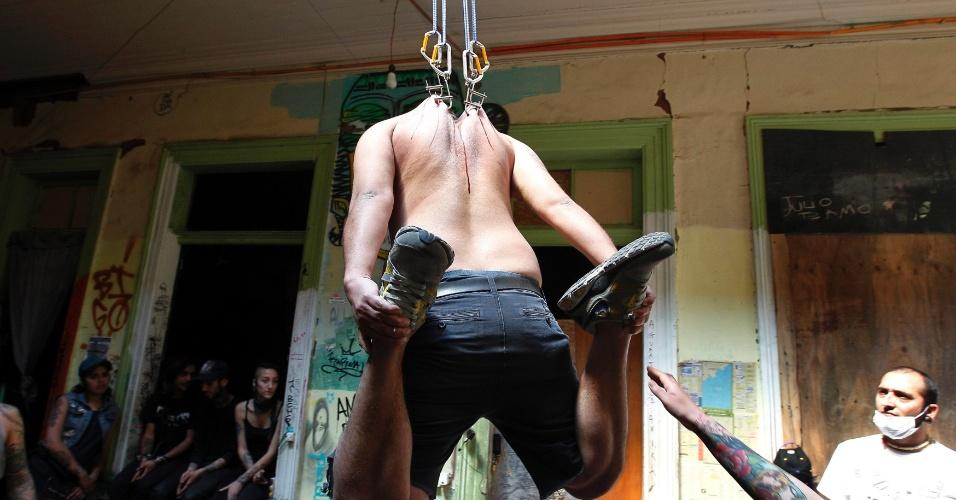 7.out.2013 - Um homem pendurado por ganchos cravados em sua pele é fotografado durante uma convenção de tatuagem e suspensão, em Valparaíso, a cerca de 121 km de Santiago, no Chile, nesta segunda-feira (7)