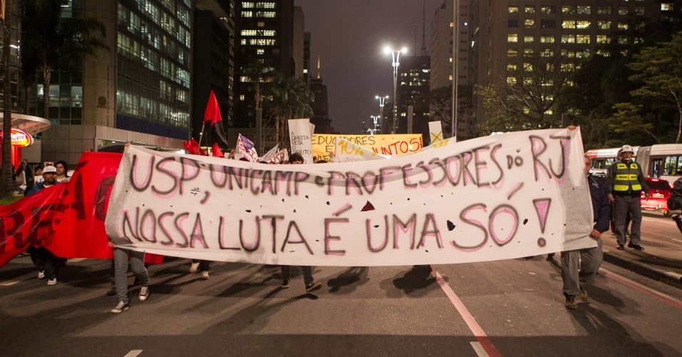 7.out.2013 - Uma manifestação bloqueava totalmente a avenida Paulista no sentido Consolação, na altura da rua Augusta, por volta das 18h30, segundo a CET (Companhia de Engenharia de Tráfego). O ato reúne manifestantes de vários grupos ligados à educação, como alunos da USP (Universidade de São Paulo) e professores