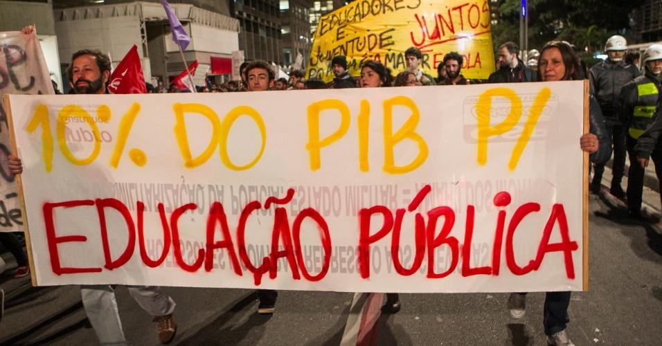 7.out.2013 - Uma manifestação bloqueava totalmente a avenida Paulista no sentido Consolação, na altura da rua Augusta, por volta das 18h30, segundo a CET (Companhia de Engenharia de Tráfego). O ato reúne manifestantes de vários grupos ligados à educação, como alunos da USP (Universidade de São Paulo) e professores.