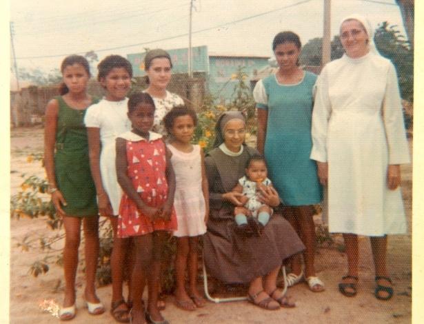A ex-senadora Marina Silva (segunda à direita) é fotografada aos 13 anos em foto com data desconhecida, em Breu Velho, no Acre