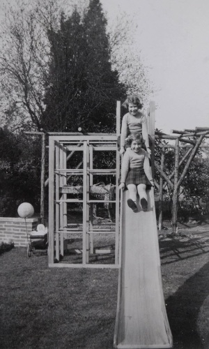 A rainha Elizabeth (acima) brinca com sua irmã Margaret em foto sem data de quando eram crianças