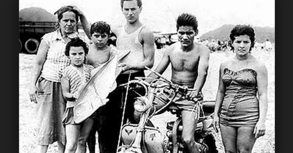 O ex-presidente Luiz Inácio Lula da Silva quando criança, sem camisa, à direita da mãe e com os irmãos Rute, Jaime, Joaquim e Maria, já nos Estado de São Paulo, onde migrou de Pernambuco com a família aos sete anos