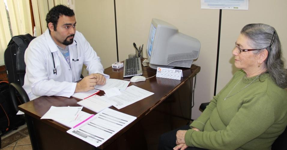 O médico palestino Mohamed Gaber Abau Schwareb, 29, selecionado pelo programa Mais Médicos para atuar no município de Garibaldi (110 km de Porto Alegre), na Serra Gaúcha, atende paciente em posto de saúde