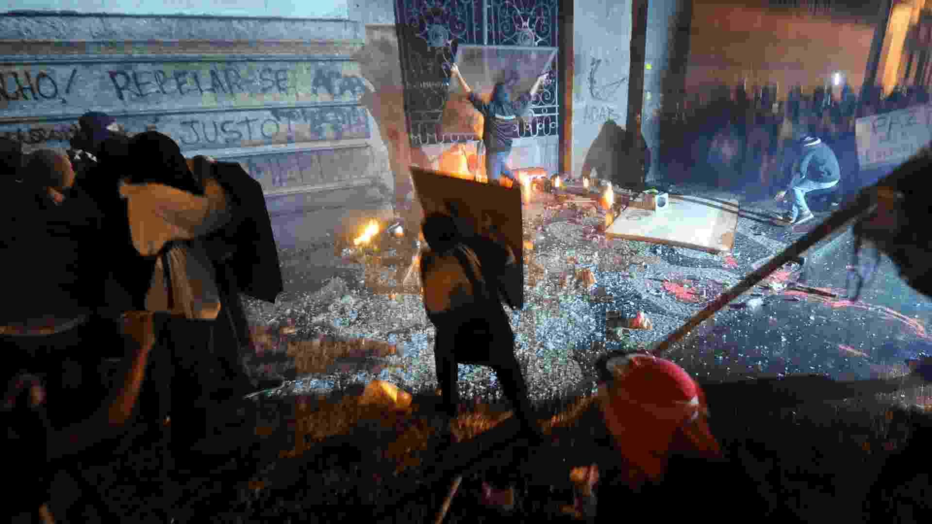 7.out.2013 - Um grupo de manifestantes jogou ao menos três bombas caseiras (coquetel molotov) na porta lateral da Câmara dos Vereadores pela rua Evaristo da Veiga -- onde há também um quartel da PM (Polícia Militar) - Antonio Scorza/UOL