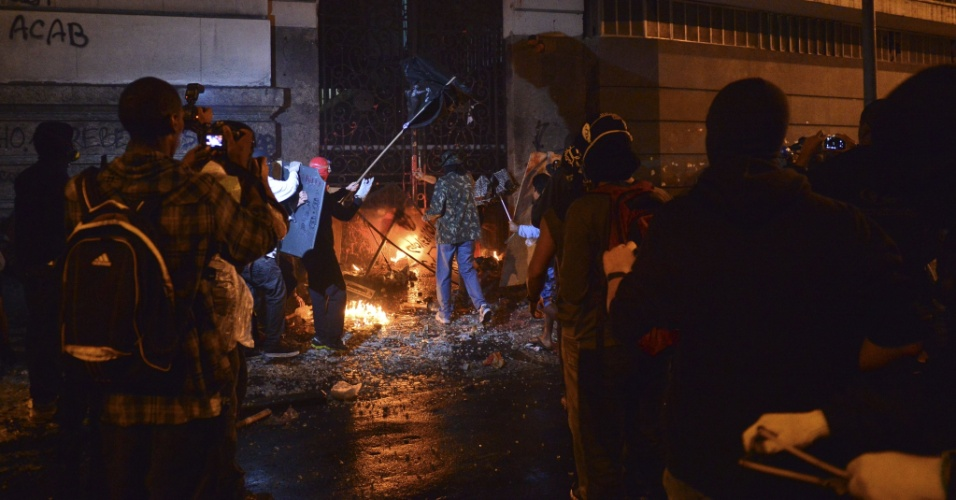 7.out.2013 - Um grupo de manifestantes jogou ao menos três bombas caseiras (coquetel molotov) na porta lateral da Câmara dos Vereadores pela rua Evaristo da Veiga -- onde há também um quartel da PM (Polícia Militar)