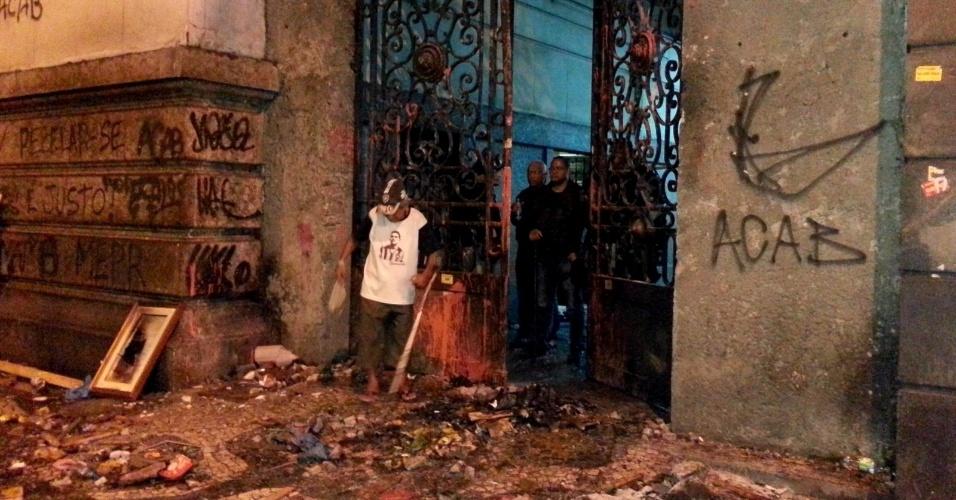 7.out.2013 - Grupo de manifestantes depredou a entrada lateral da Câmara de Vereadores do Rio de Janeiro durante protesto de professores na Cinelândia, região central da cidade. O prédio foi atacado e teve um salão incendiado