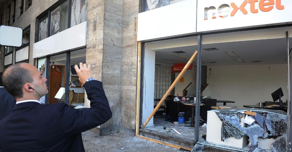 8.out.2013 - Agência bancária amanhece destruída após protesto, na noite de ontem (7), em apoio a professores em greve, na Cinelândia, zona central do Rio de Janeiro