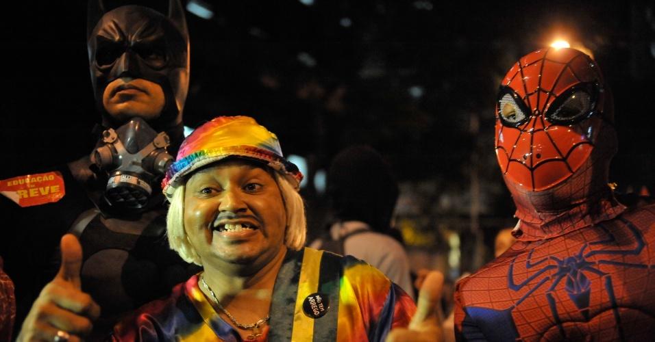 8.out.2013 - Manifestantes fantasiados de Tiririca, Homem-Aranha e Batman participaram de protesto a favor da educação, no Rio de Janeiro, na noite de ontem (7)