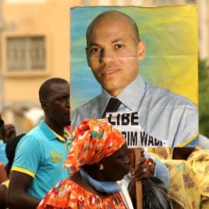 Manifestante carrega cartaz com foto de Karim Wade, em 2013, em apoio ao ex-ministro
