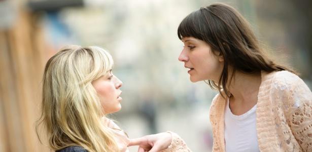 Nova pesquisa mostra que o contato visual, considerado um jeito eficaz de convencer alguém, pode tornar as pessoas mais resistentes à persuasão, especialmente quando já discordam de opinião - Getty Images/iStockphoto