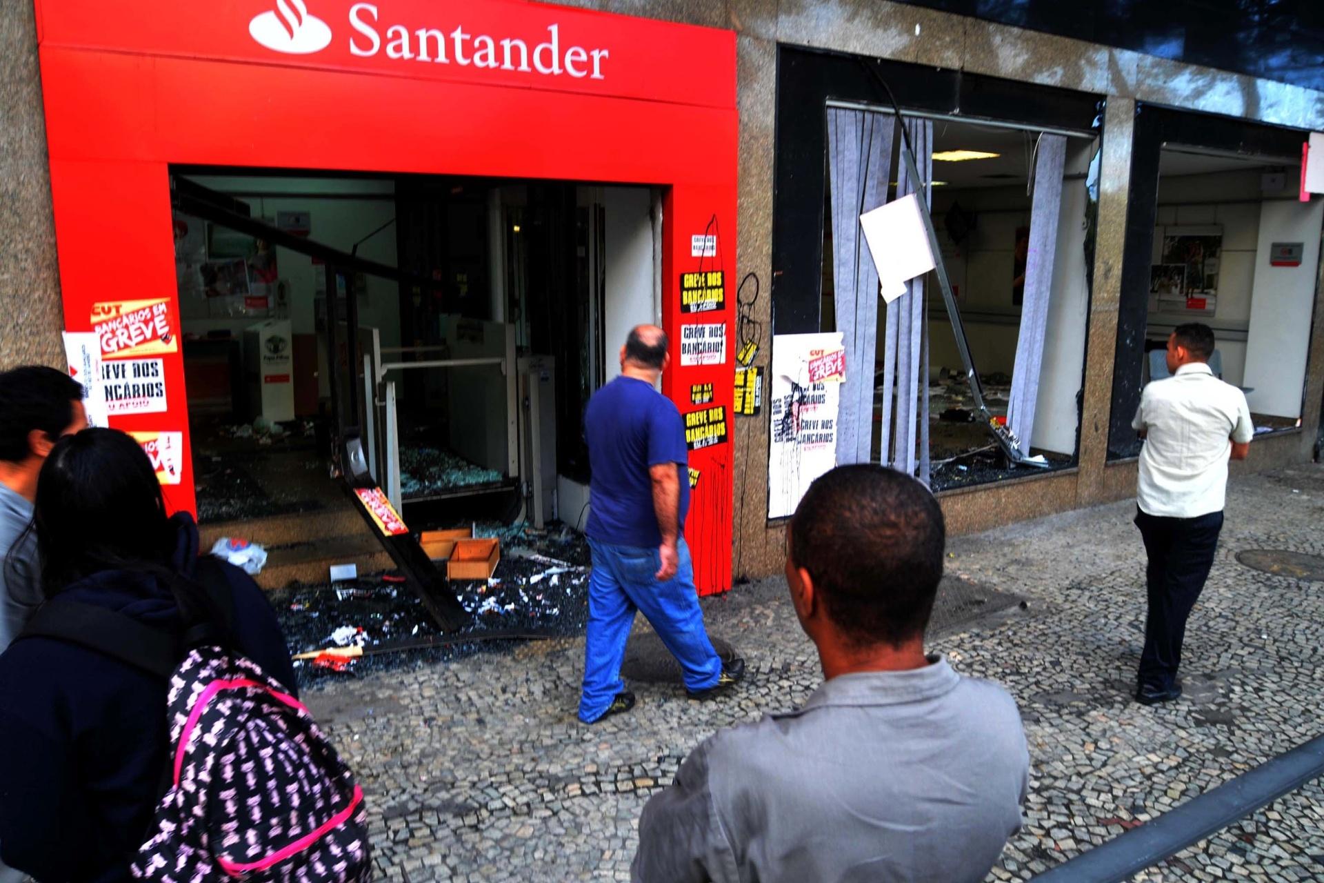 8.set.2013 - Agência bancária amanhece destruída após protesto em apoio a professores em greve na noite de segunda-feira (7) na Cinelândia, zona central da cidade