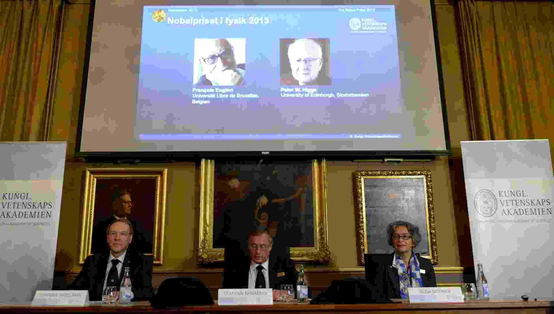 """8.out.2013 - Conferência de imprensa é realizada para anunciar os laureados de 2013 no Prêmio Nobel de Física, nesta terça-feira (8), na Real Academia Sueca de Ciências, em Estocolmo, na Suécia. O belga François Englert e o britânico Peter Higgs ganharam o Prêmio Nobel pela descoberta do bóson de Higgs, apelidada de """"partícula de Deus"""", que teria dado origem à massa de todas as partículas - Jonathan Nackstrand/AFP"""