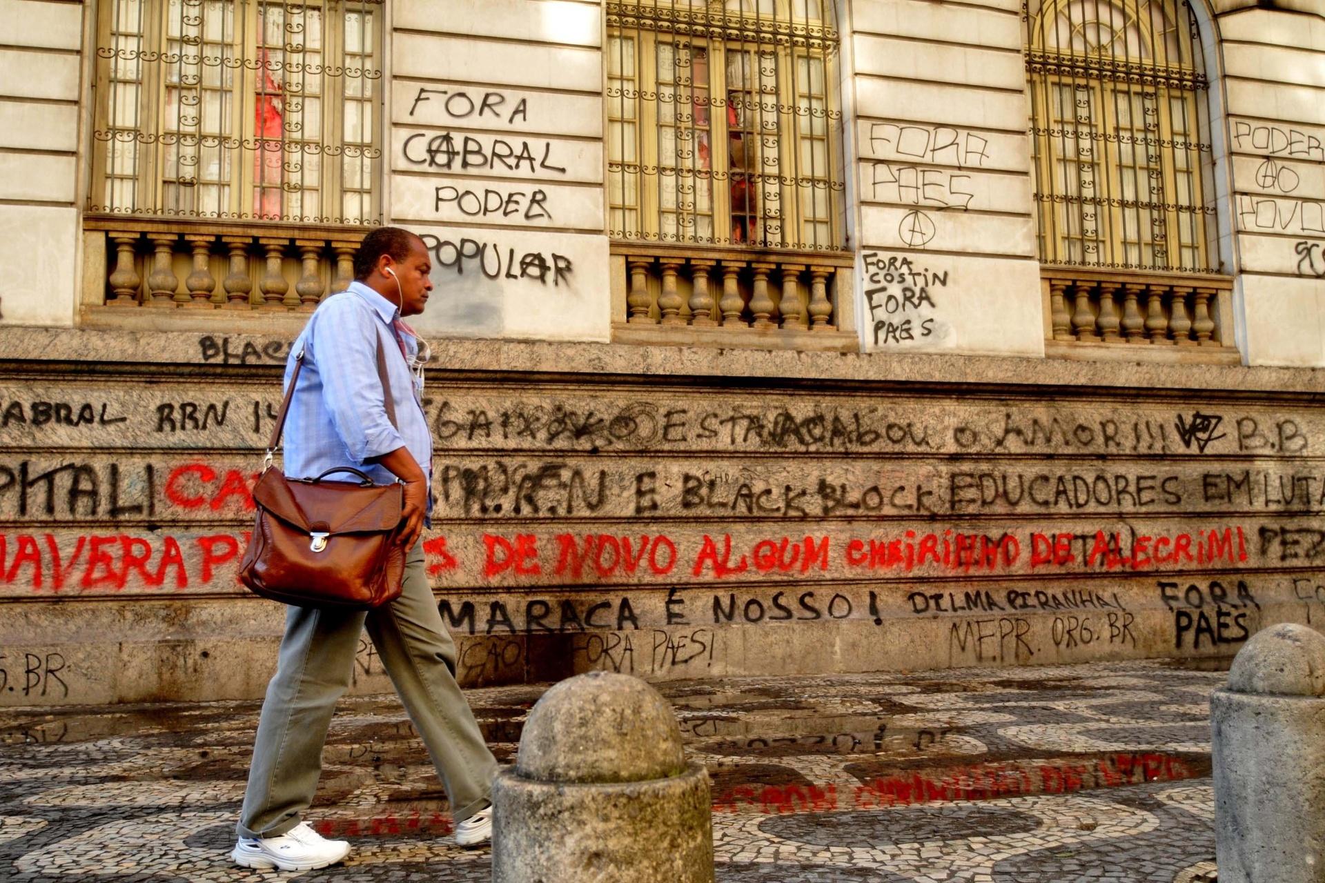 8.set.2013 - Paredes da Câmara de Vereadores do Rio de Janeiro amanhecem pichadas após protesto em apoio a professores em greve na noite de segunda-feira (7) na Cinelândia, zona central da cidade