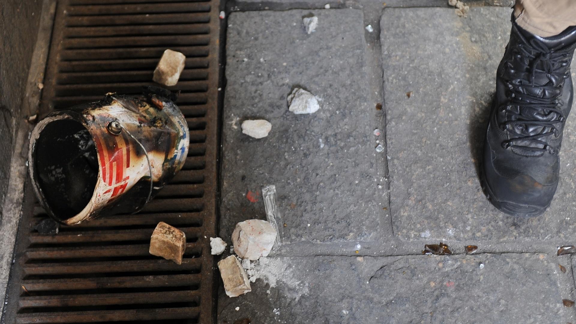 8.set.2013 - Pedras e uma lata queimada na calçada da Câmara de Vereadores do Rio de Janeiro, na manhã seguinte ao protesto em apoio a professores em greve na noite de segunda-feira (7) na Cinelândia, zona central da cidade