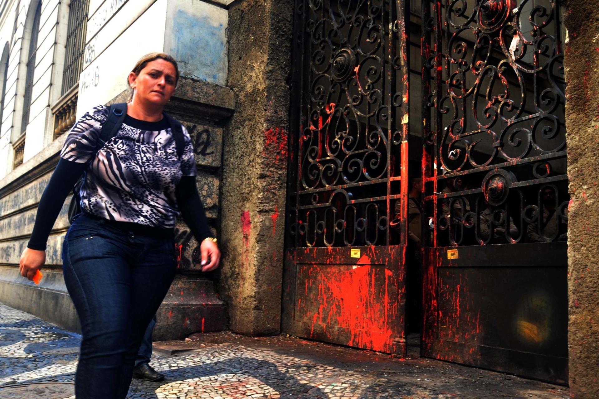 8.out.2013 - Porta lateral da Câmara de Vereadores do Rio de Janeiro fica depredada após manifestantes a incendiarem com bombas caseiras durante protesto em apoio a professores em greve na noite de segunda-feira (7) na Cinelândia, zona central da cidade
