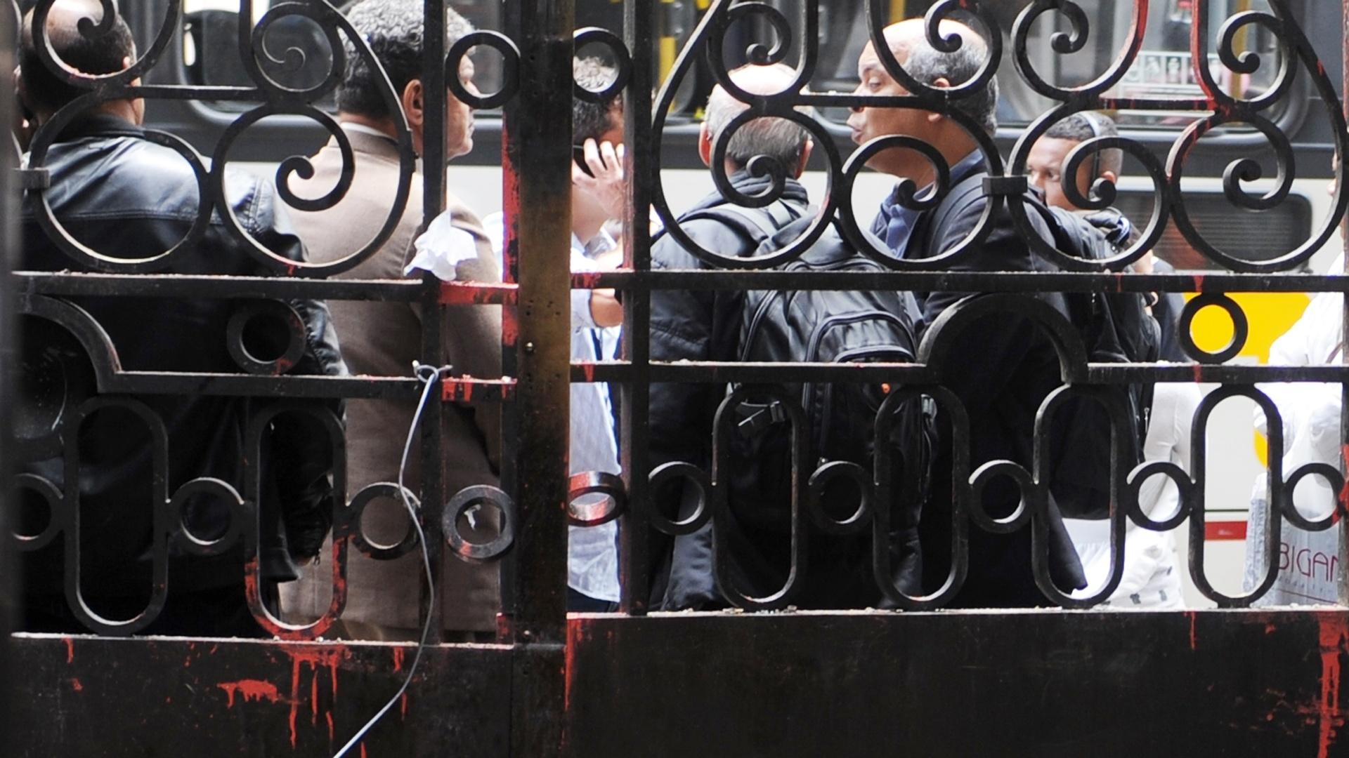 8.set.2013 - Portão da Câmara de Vereadores do Rio de Janeiro amanheceu pichado e avariado após protesto em apoio a professores em greve na noite de segunda-feira (7) na Cinelândia, zona central da cidade