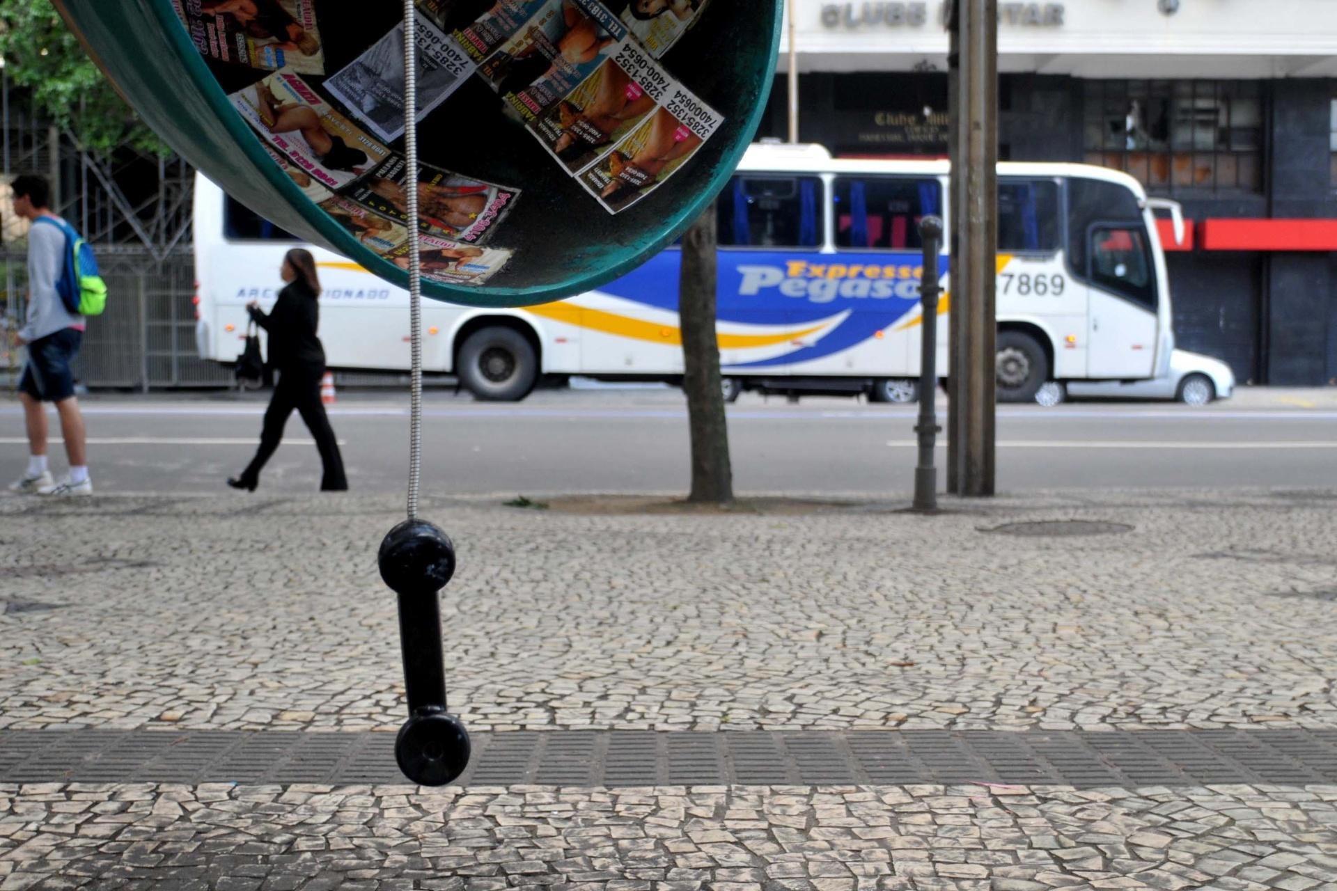 8.set.2013 - Telefone público amanhece depredado após protesto em apoio a professores em greve na noite de segunda-feira (7) na Cinelândia, zona central da cidade