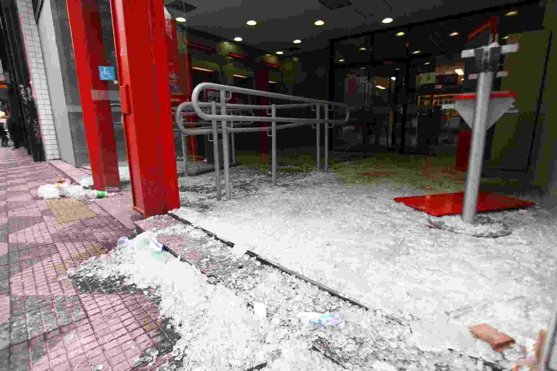 Agência bancária quebrada na avenida Ipiranga após protesto de professores e estudantes - Renato S. Cerqueira/Futura Press