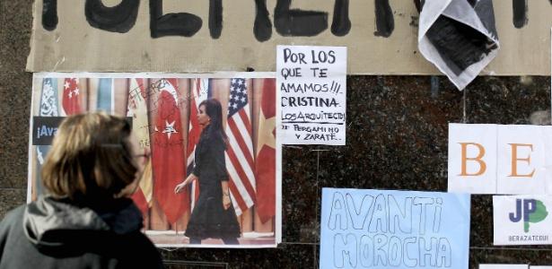 Simpatizantes de Cristina Kirchner fazem vigília em frente a hospital - David Fernández/Efe
