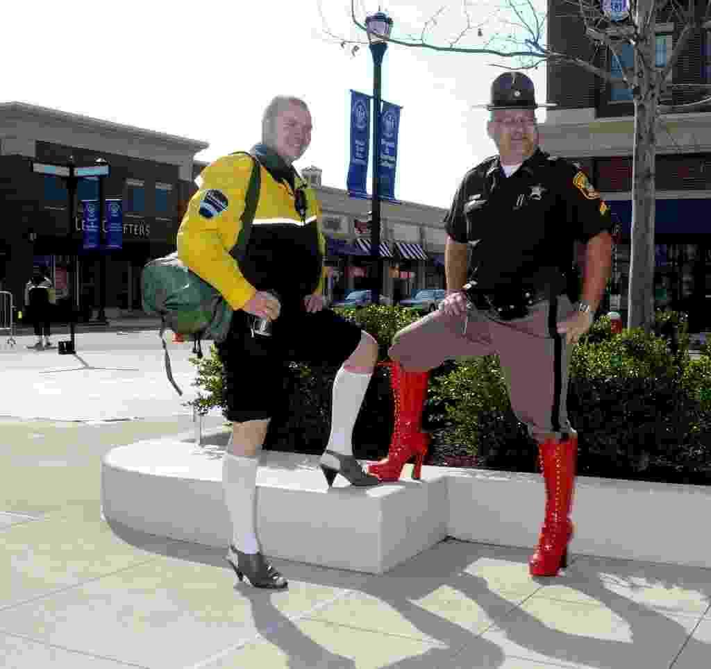 2.abr.2011 - Homens posam de salto alto durante manifestação em Hampton, Virgínia, EUA - Walk a Mile in Her Shoes