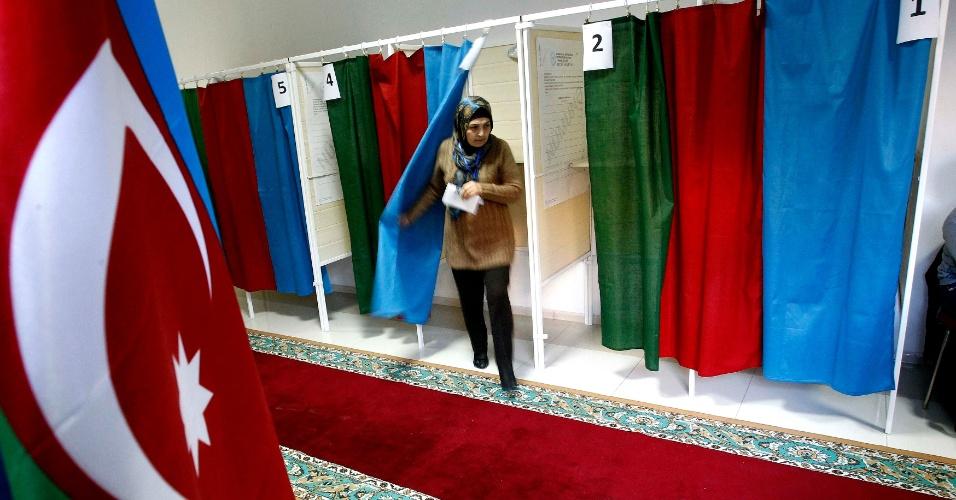 9.out.2013 - Eleitora deixa cabine de votação em posto de votação na capital Baku, durante as eleições presidenciais do Azerbaijão, nesta quarta-feira (9). O atual presidente, Ilham Aliyev, está confiante de que irá se reeleger para o terceiro mandato à frente do país, produtor de petróleo. No entanto, a oposição denuncia manipulação do resultado