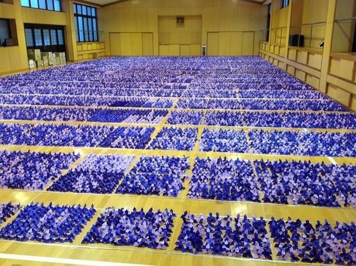 9.out.2013 - A escola Chigusa Senior em Nagoya, no Japão, conquistou o Guinness World Records ao organizar a maior exposição de flores de origami. A mostra, realizada em 29 de dezembro de 2012, era composta por 50.178 flores
