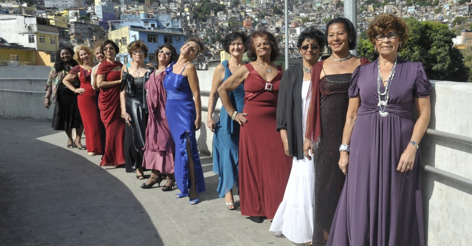 9.out.2013 - A passarela da Rocinha, na zona sul do Rio de Janeiro, virou palco do desfile de moda de um grupo de 30 idosos, todos frequentadores das Casas de Convivência e Lazer da Secretaria Especial de Envelhecimento Saudável e Qualidade de Vida