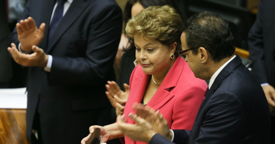 """9.out.2013 - A presidente Dilma Rousseff recebe a medalha comemorativa dos 25 anos da Constituinte, durante sessão solene em homenagem no Congresso Nacional. A presidente afirmou que ficou """"muito feliz"""" com a aprovação ontem à noite pela Câmara da medida provisória que cria o Mais Médicos, programa federal que inclui a contratação de médicos estrangeiros para atuar no Brasil"""
