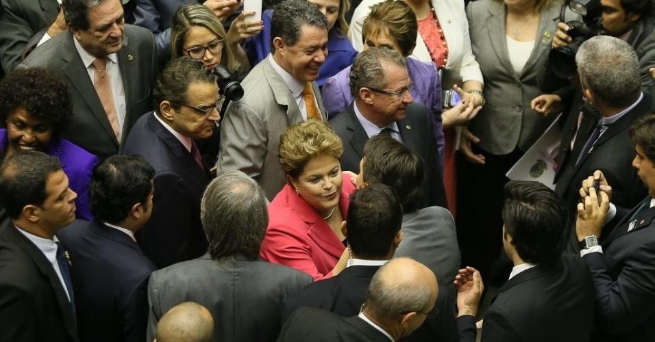 """9.out.2013 - A presidente Dilma Rousseff troca beijinhos com deputados e senadores ao chegar ao Congresso Nacional para receber a medalha comemorativa dos 25 anos da Constituinte, durante sessão solene. A presidente afirmou que ficou """"muito feliz"""" com a aprovação ontem à noite pela Câmara da medida provisória que cria o Mais Médicos, programa federal que inclui a contratação de médicos estrangeiros para atuar no Brasil"""