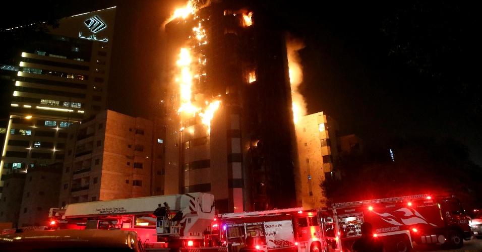 9.out.2013 - Bombeiros lutam para apagar incêndio em centro médico em Al Kuait (Kuait), na madrugada desta quarta-feira (9). Não há relatos de mortos ou feridos