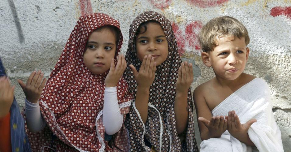 9.out.2013 - Crianças palestinas vestem roupas específicas usadas durante a peregrinação do Hajj, em aula do jardim de infância, na cidade de Rafah no sul da faixa de Gaza. Muçulmanos de todo o mundo se dirigem à Meca esta semana para realizar o Hajj peregrinação anual, que é um dos cinco pilares do Islã
