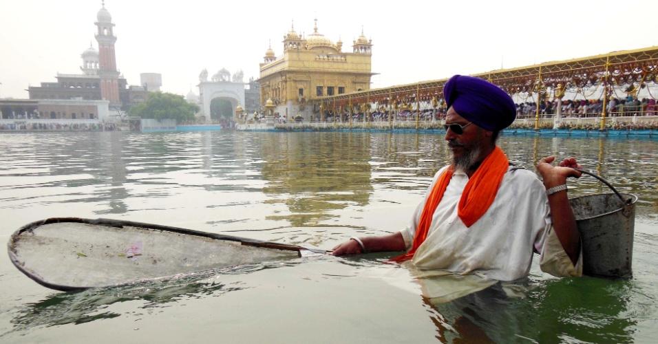 9.out.2013 - Devoto sikh indiano limpa o sarover (reservatório de água) do Templo Dourado em Amritsar, nesta quarta-feira (9), por ocasião do aniversário de nascimento do quarto guru sikh, Ramdass. O guru nasceu em Lahore em 1574 e estabeleceu a cidade de Amritsar