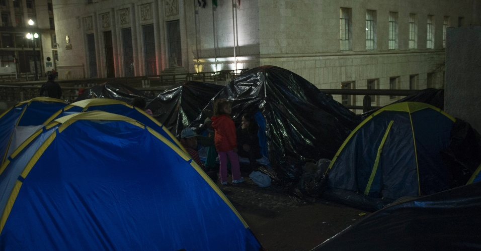 9.out.2013 - Famílias sem-teto continuam acampadas em frente a Prefeitura Municipal de São Paulo, no centro da capital paulista. O grupo pede auxílio aluguel, após ser despejados do prédio da antiga Faculdade São Marcos, no Sacomã, zona sul de São Paulo