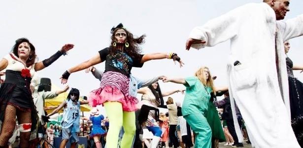 9.out.2013 - Grupo de 'zumbis' invade as ruas de Asbury Park, em Nova Jersey (EUA). Os participantes conquistaram o recorde como a maior zombie walk (passeata composta por pessoas vestidas de zumbis) do mundo