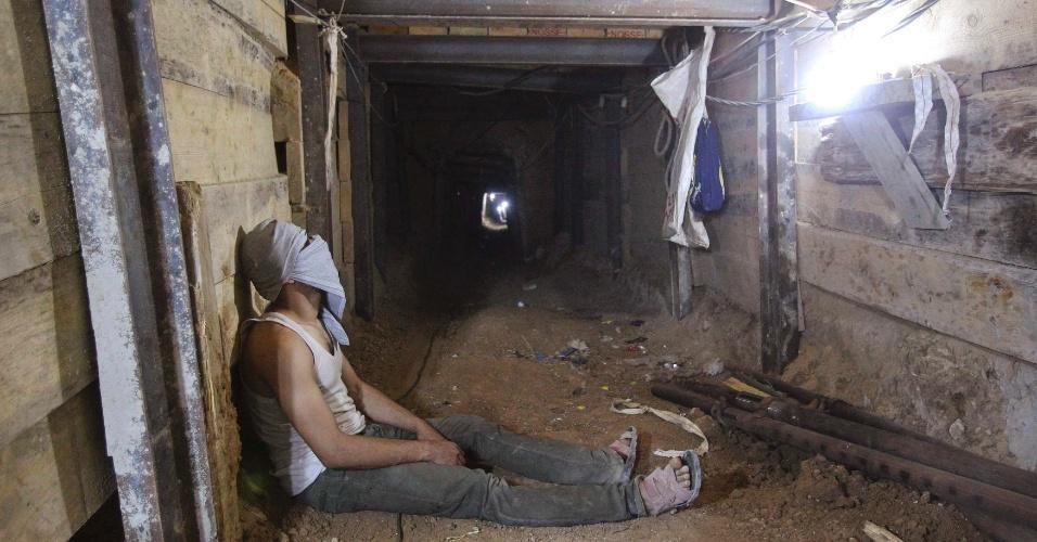 9.out.2013 - Homem constrói túnel para contrabando entre Gaza e Egito. O Hamas está se esforçando para cumprir a os pagamentos depois que a renda obtida através de impostos diminuiu desde que o Egito começou a destruir uma rede de túneis usada para contrabando de alimentos, combustível e armas