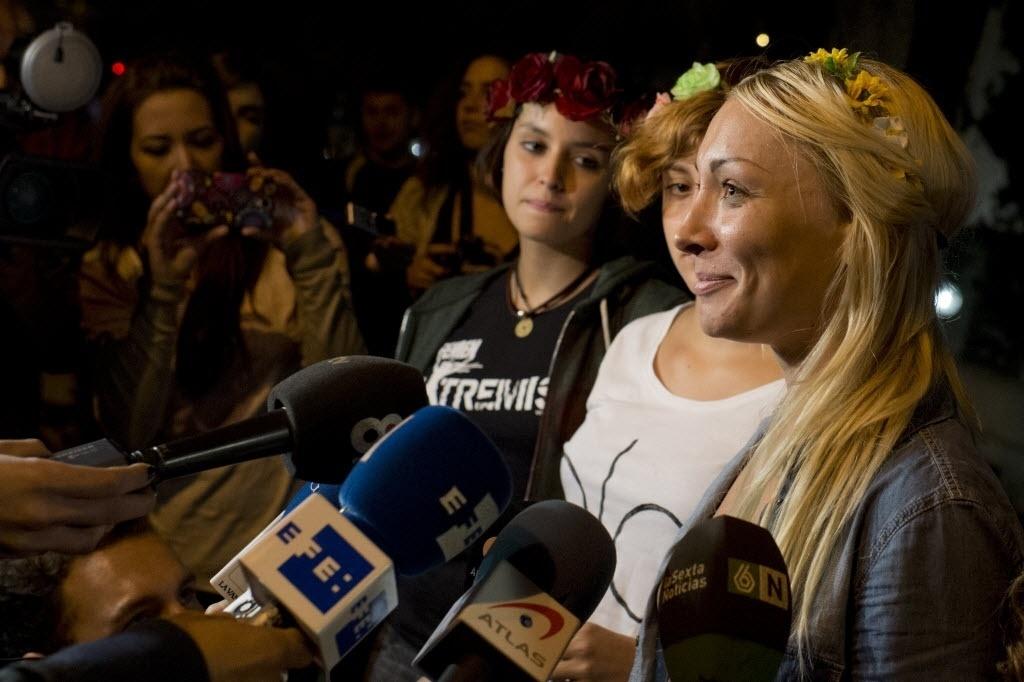 9.out.2013 - Inna Shevchenko, líder do movimento feminista ucraniano concede entrevistas a jornalistas depois de deixar tribunal onde estava sob custódia após a realização de uma manifestação em defesa do aborto no Congresso Nacional espanhol,  em Madri (Espanha)