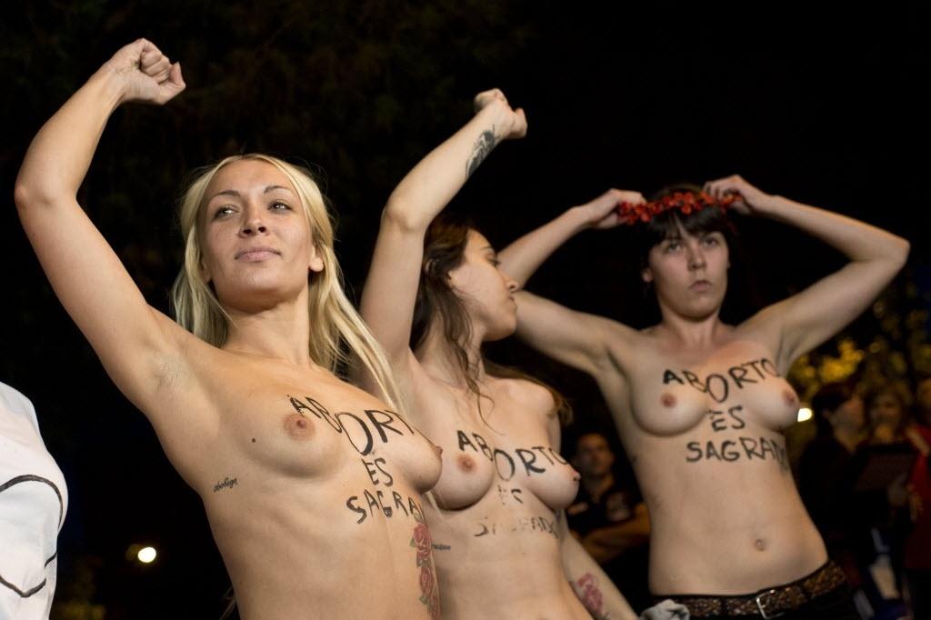 9.out.2013 - Líderes do grupo Femen protestam em defesa do aborto em frente ao Congresso Nacional espanhol, em Madri. Durante o ato, elas disseram: