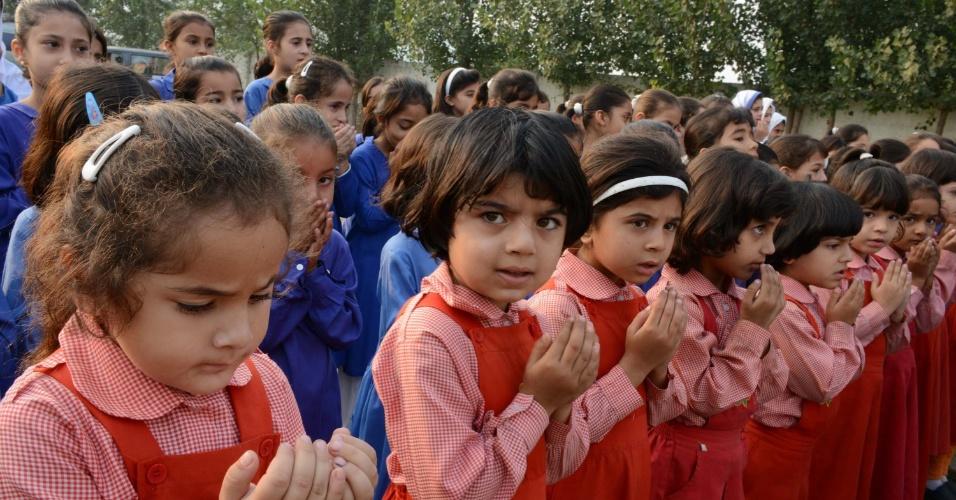 9.out.2013 - Meninas paquistanesas rezam durante homenagem à ativista Malala Yousafzai, em uma escola em Mingora, cidade no vale de Swat, no Paquistão. Nesta quarta-feira (9), faz um ano que Malala foi vítima de um atentando ordenado pelo grupo Taleban. Em entrevista, a garota disse que não merece ganhar o Prêmio Nobel da Paz