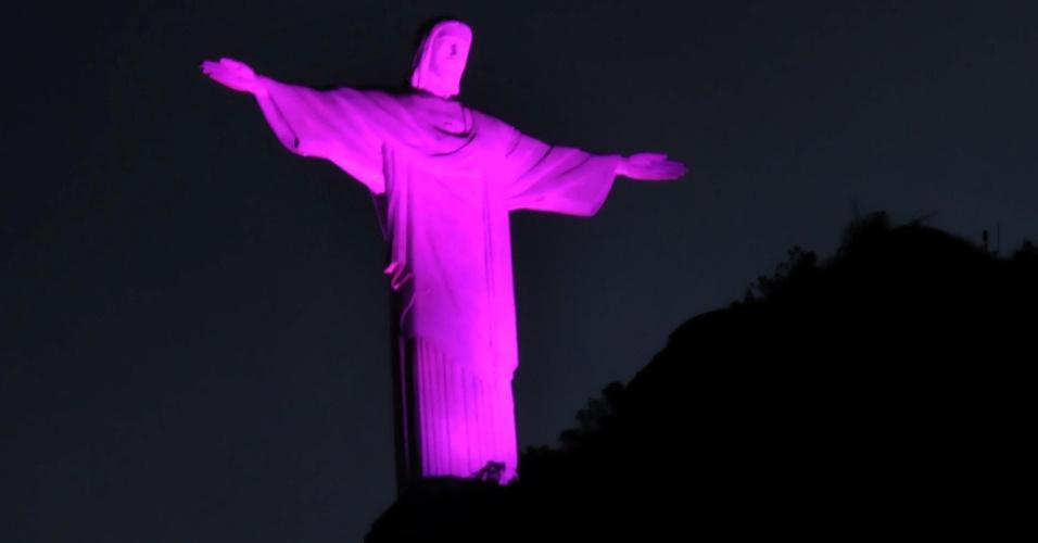 9.out.2013 - Monumento do Cristo Redentor, na cidade do Rio de Janeiro (RJ), recebe a iluminação rosa em homenagem ao Movimento Outubro Rosa, da Campanha de Prevenção do Câncer de Mama