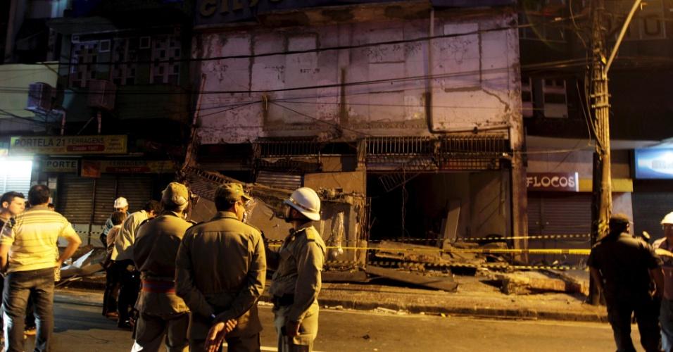 9.out.2013 - O desabamento da marquise de uma loja de roupas em Madureira, na zona norte do Rio de Janeiro, deixou pelo menos sete pessoas feridas e uma morta