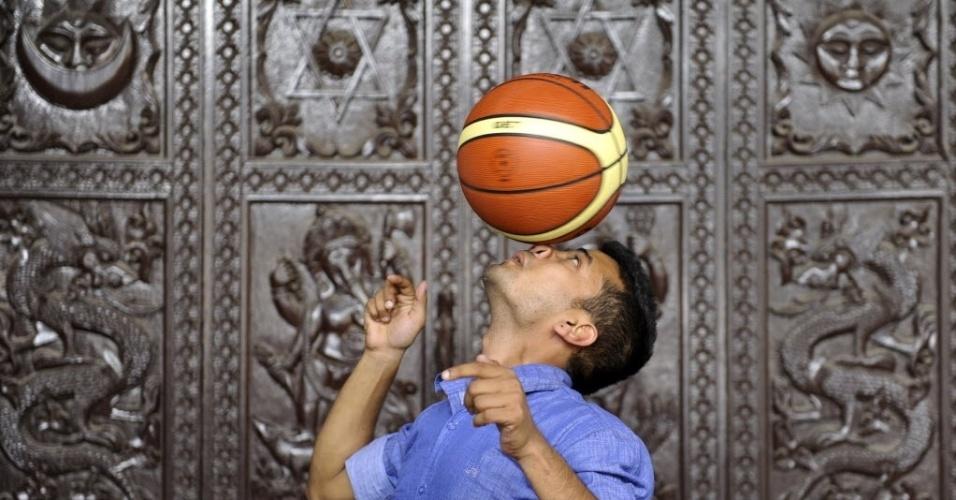 9.out.2013 -  O nepalês Thaneswar Guragai, 23, tenta quebrar o recorde mundial por manter por maior tempo uma bola de basquete sobre o nariz durante. A façanha durou sete segundos, em Katmandu, Nepal. O recorde atual é de 5,1 segundos, do norte-americano Scooter Christensen