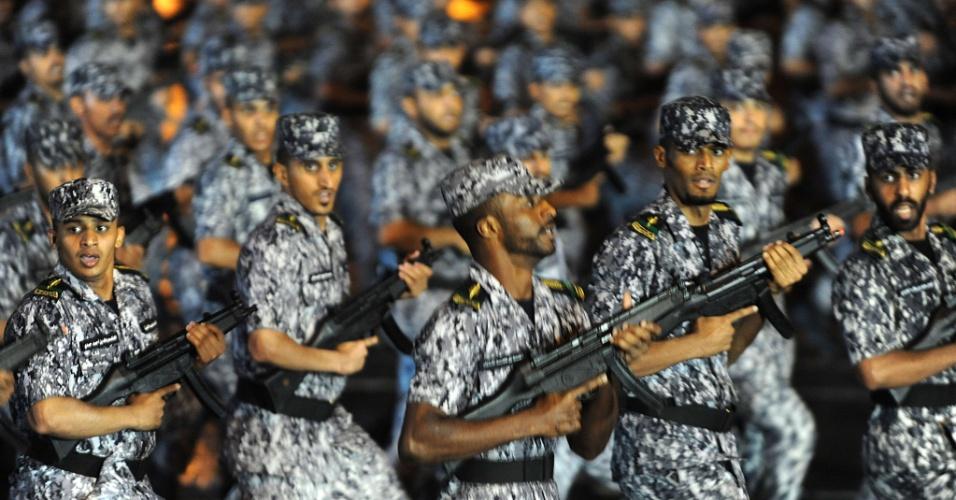 9.out.2013 - Os membros da polícia saudita participam de um desfile em Meca, na Arábia Saudita. Mais de dois milhões de muçulmanos chegaram à cidade santa para participar da peregrinação anual Hajj, que começa no dia 13 de outubro