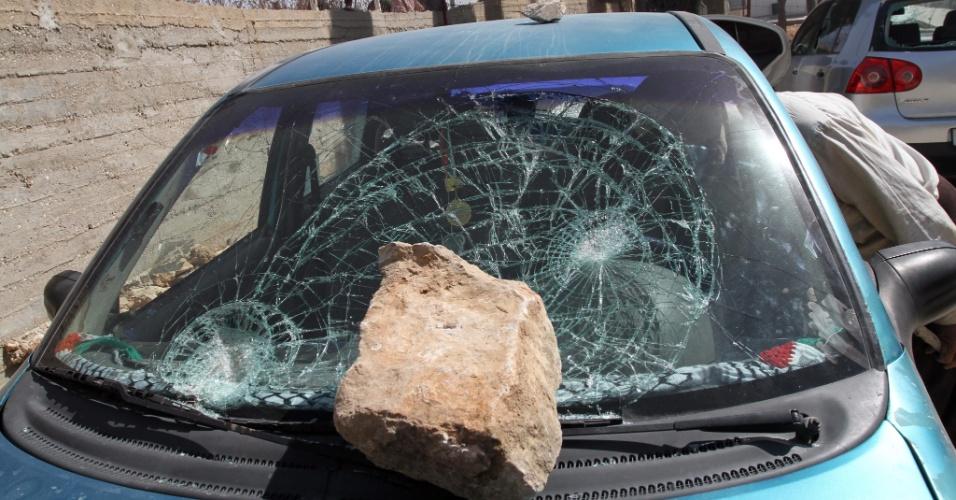 9.out.2013 - Palestino observa veículo atacado por pedras nos arredores da cidade de Jaloud, perto de Nablus (Cisjordânia). Segundo testemunhas, colonos israelenses atiraram pedras em uma escola palestina, queimaram veículos e destruíram árvores na região