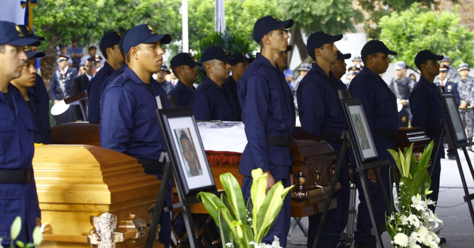 9.out.2013 - Policiais participam de funeral de oficiais mortos durante confronto com membros de uma organização criminosa em Guadalajara, no México