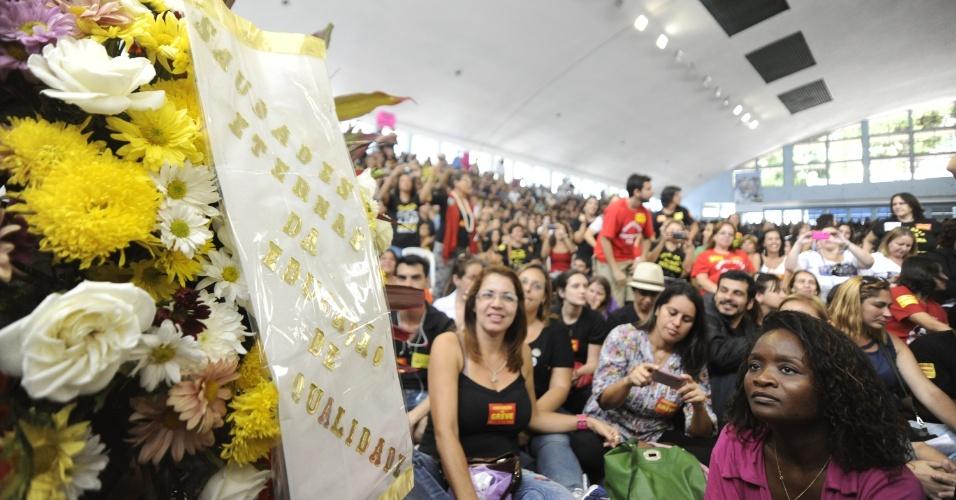 9.out.2013 - Professores da rede municipal do Rio decidiram em assembleia realizada nesta quarta continuar em greve. A paralisação começou no dia 8 de agosto. Na segunda (7), um grande ato em apoio aos professores das redes municipal e estadual reuniu cerca de 10 mil pessoas no centro do Rio. O protesto, que começou pacífico, terminou com confrontos e depredações