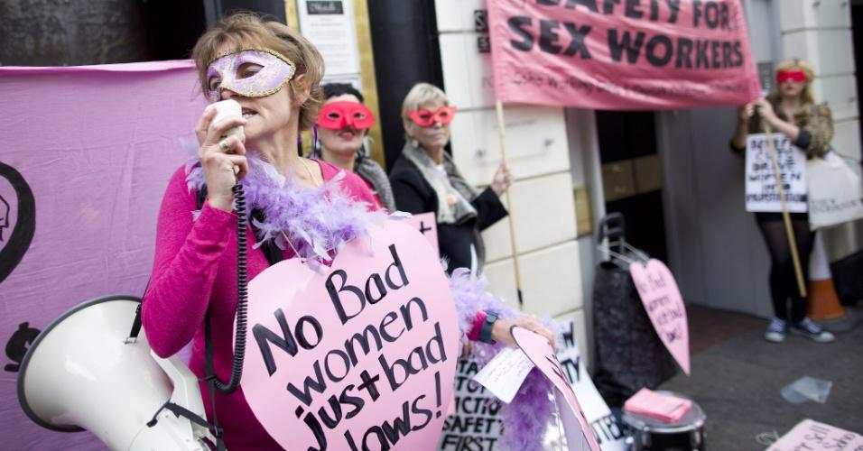 9.out.2013 - Prostitutas e simpatizantes participam de uma manifestação no bairro de Soho, em Londres, contra o despejo de profissionais do sexo de instalações utilizadas para o exercício da função. O grupo também exige leis que protejam prostitutas que atuam nas ruas da capital inglesa