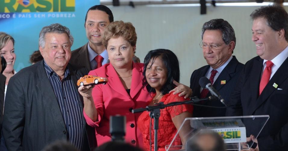 9.out.2013- Em cerimônia no Núcleo de Apoio aos Taxistas de Brasília, a presidente Dilma Rousseff sancionou uma lei que atende uma reivindicação antiga dos taxistas, permitindo que a família fique com a permissão para exploração do serviço de táxi após o falecimento do motorista